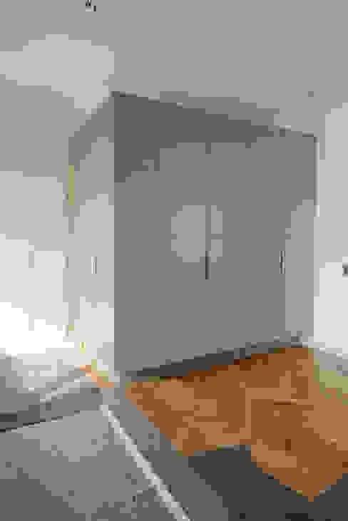 Corredor, hall e escadas  por schrankidee Peter Dany GmbH