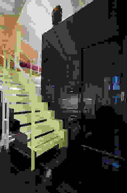 Nowoczesny korytarz, przedpokój i schody od Immagine di Cristian Iotti Fotografo Nowoczesny