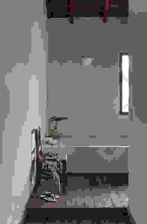 Baños de estilo moderno de Vida de Vila Moderno Madera maciza Multicolor