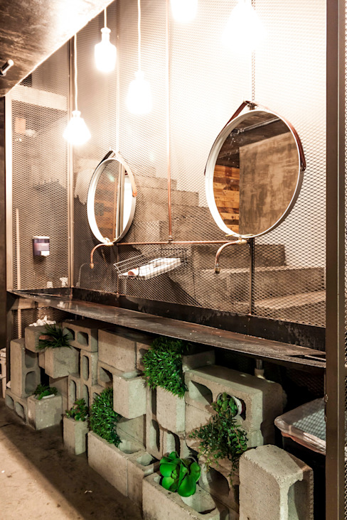 Industriële badkamers van SZTUKA Laboratorio Creativo de Arquitectura Industrieel
