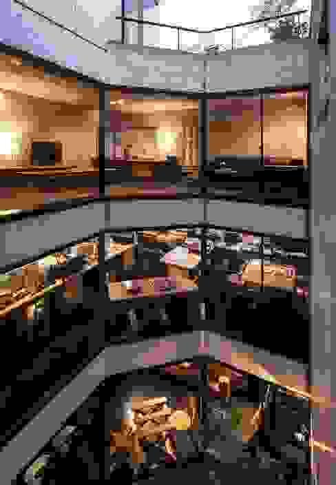 吹抜け: 松井建築研究所が手掛けた壁です。,モダン