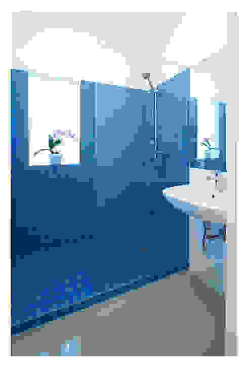 Müller&Fuchs Architekten ZT OG Modern bathroom Blue