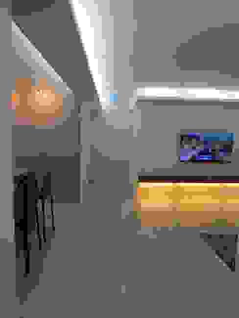 실용적인 수납과 공간활용 32py: 홍예디자인의  거실,모던