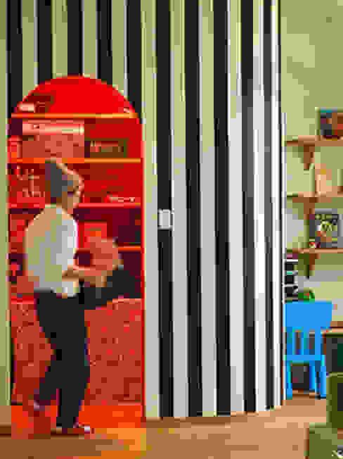 アール壁のパントリー ミニマルデザインの キッチン の パパママハウス株式会社 ミニマル