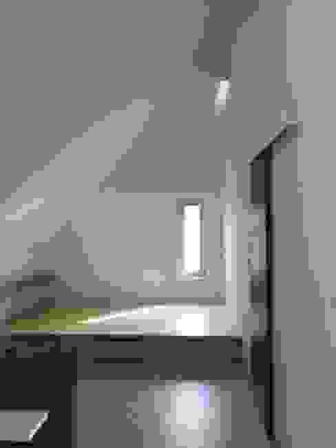 Спальня в стиле модерн от 건축사사무소 스무숲 Модерн
