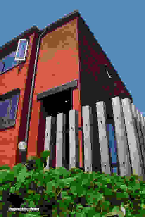 煉瓦色の塗り壁。外の世界と柔らかく繋ぐ105角の木柵。: アグラ設計室一級建築士事務所 agra design roomが手掛けた家です。,モダン