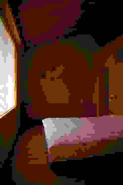 木名瀬佳世建築研究室의  침실, 모던 우드 우드 그레인