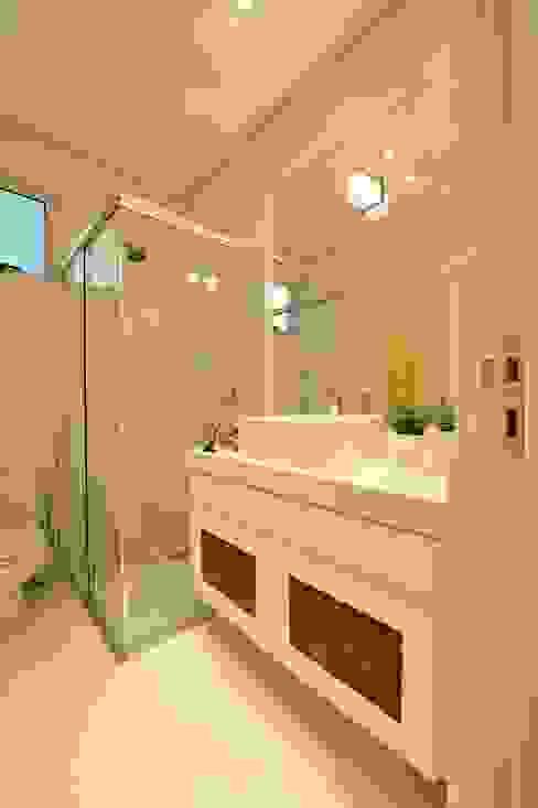 Apartamento Águas do Santinho Banheiros modernos por ANNA MAYA ARQUITETURA E ARTE Moderno Fibra natural Bege