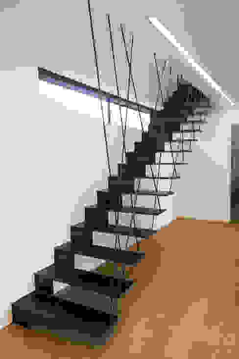 Modern Corridor, Hallway and Staircase by Anthrazitarchitekten Modern