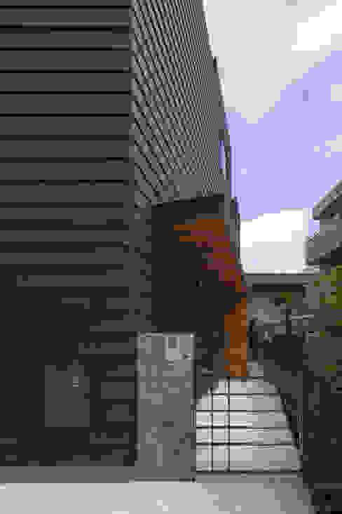 アプローチ|桜坂の家: U建築設計室が手掛けた一戸建て住宅です。,モダン