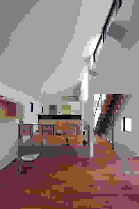 勾配天井のLDK|桜坂の家: U建築設計室が手掛けたリビングです。,モダン