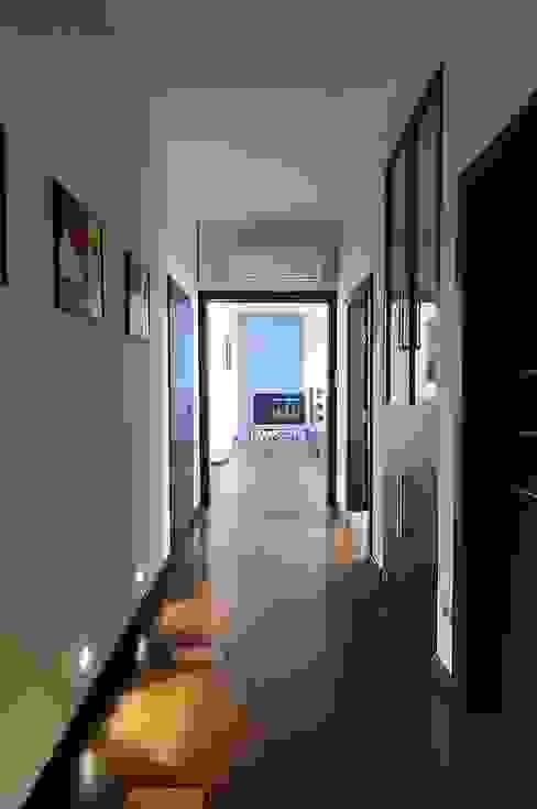 Apartament w sercu Krakowa ARTEMA PRACOWANIA ARCHITEKTURY WNĘTRZ Nowoczesny korytarz, przedpokój i schody