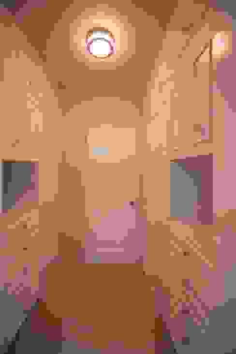ESTUDIO TANGUMA غرفة الملابس White