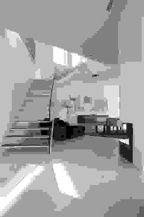 Nowoczesny korytarz, przedpokój i schody od Anthrazitarchitekten Nowoczesny