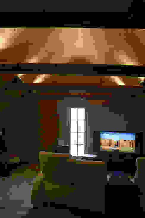 Akustik-Lehmputz Büro für Grafik und Innnenarchitektur Mediterraner Multimedia-Raum Massivholz