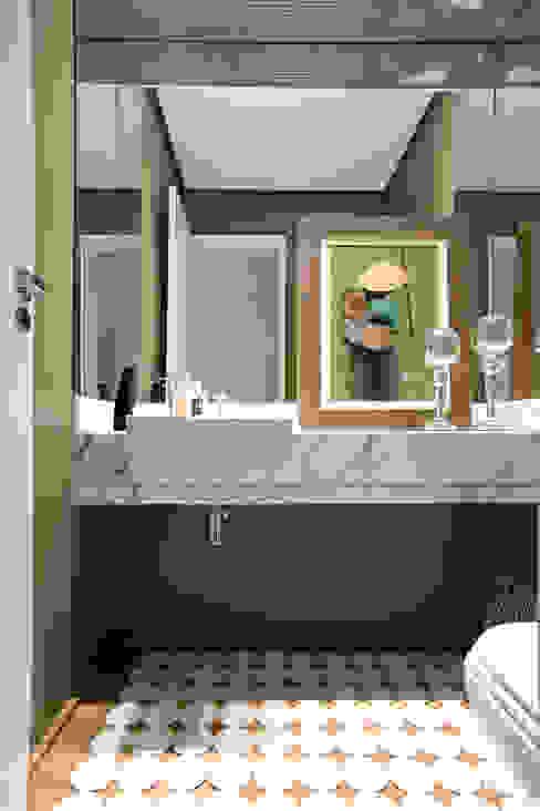 Baños modernos de EVELIN SAYAR ARQUITETURA E INTERIORES Moderno