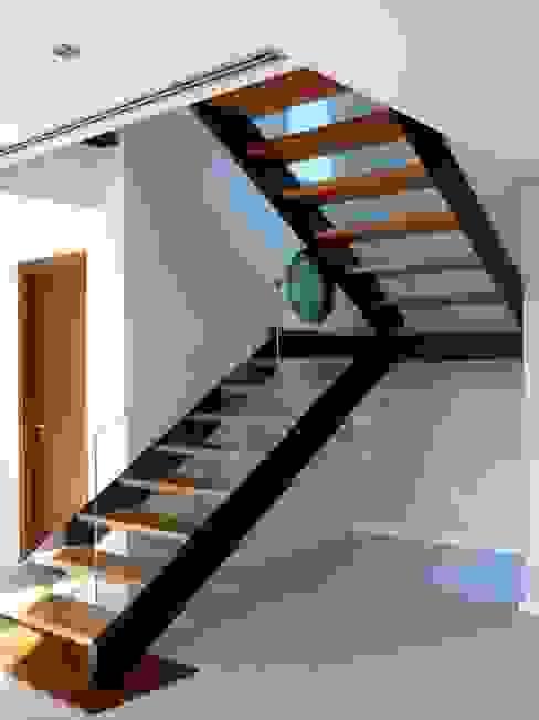 Vivienda Campo Golf en la isla de Gran Canaria Pasillos, vestíbulos y escaleras de estilo moderno de MIRTA CASTIGNANI ARQUITECTA Moderno