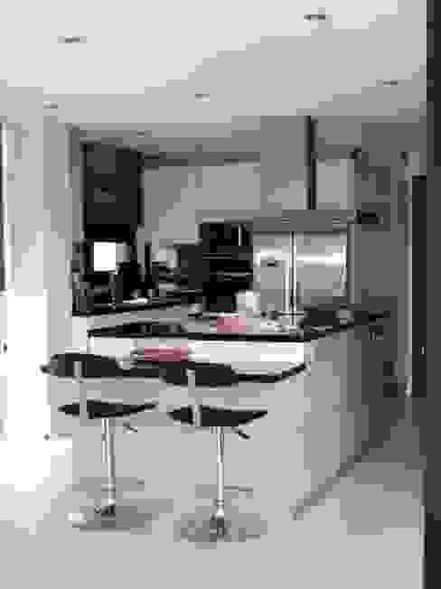Кухня в стиле модерн от MIRTA CASTIGNANI ARQUITECTA Модерн