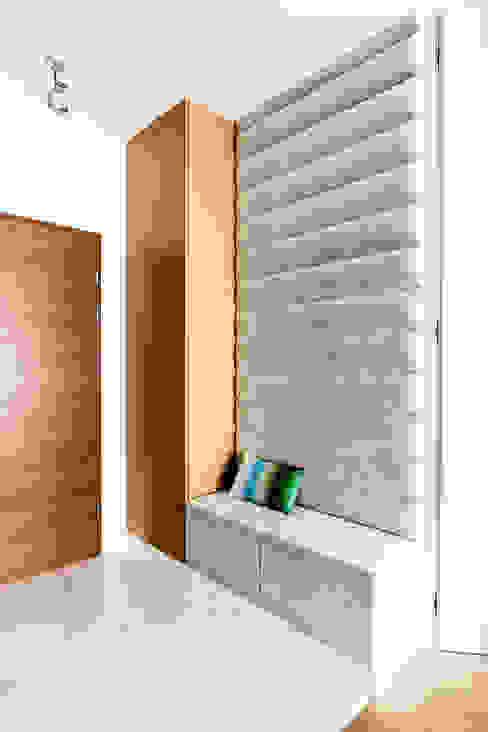mieszkanie prywatne 3 pokoje - Nowe Orłowo - Gdynia Nowoczesny korytarz, przedpokój i schody od Anna Maria Sokołowska Architektura Wnętrz Nowoczesny