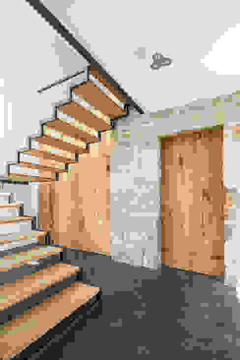 Minimalistyczny korytarz, przedpokój i schody od FPA - filipe pina arquitectura Minimalistyczny