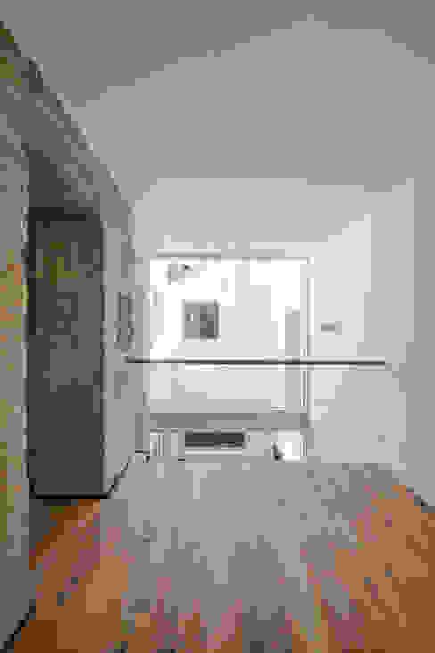 Pasillos, vestíbulos y escaleras minimalistas de FPA - filipe pina arquitectura Minimalista