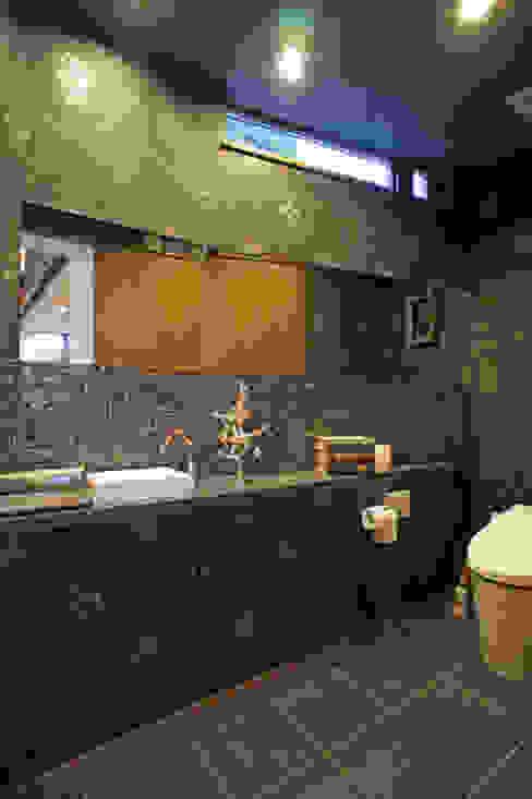 Salle de bains de style  par 西薗守 住空間設計室, Moderne