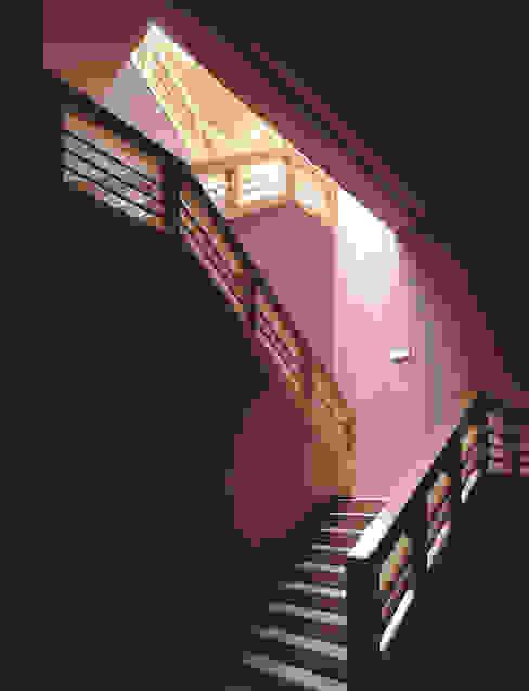 Bodegas Campo Viejo – Bodegas Juan Alcorta. Escalera Pasillos, vestíbulos y escaleras de estilo minimalista de Ignacio Quemada Arquitectos Minimalista