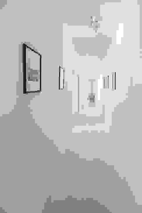 CORRIDIO - WHITE Ingresso, Corridoio & Scale in stile minimalista di PADIGLIONE B Minimalista Legno Effetto legno