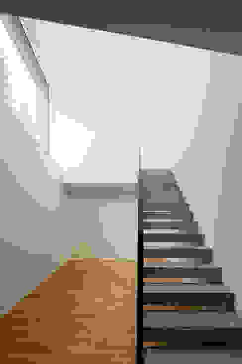 Nowoczesny korytarz, przedpokój i schody od a4D Architekten AG Nowoczesny