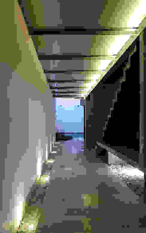 Casa Xafix / Arkylab Pasillos, vestíbulos y escaleras modernos de homify Moderno