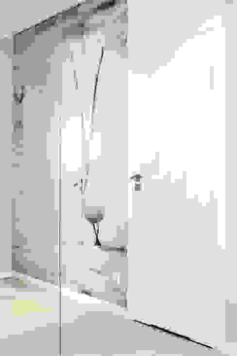 mieszkanie pokazowe 4 pokoje - apartamenty na polanie - Gdynia Anna Maria Sokołowska Architektura Wnętrz Minimalistyczny korytarz, przedpokój i schody