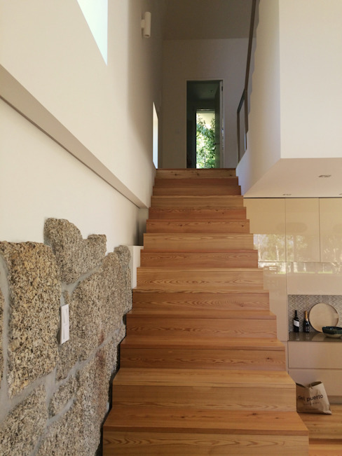 Bárbara abreu Arquitetos Modern corridor, hallway & stairs لکڑی White