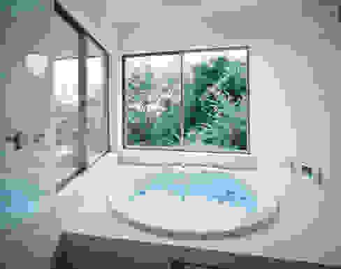 浴室 モダンスタイルの お風呂 の Guen BERTHEAU-SUZUKI Co.,Ltd. モダン