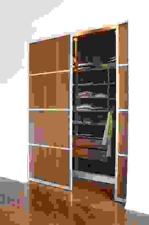 Un appartement chic et intemporel Dressing moderne par Les Murs ont des oreilles Moderne