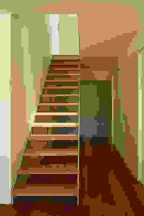 GA House Nowoczesny korytarz, przedpokój i schody od SAMF Arquitectos Nowoczesny