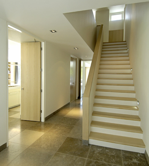 Pasillos, vestíbulos y escaleras de estilo moderno de Van Hoogevest Architecten Moderno