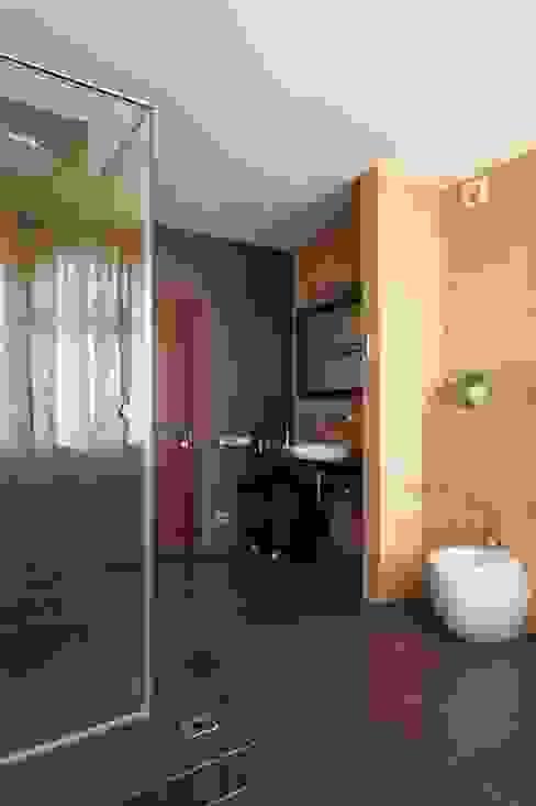 Дом в лесу: Ванная комната в . Автор – Хандсвел,
