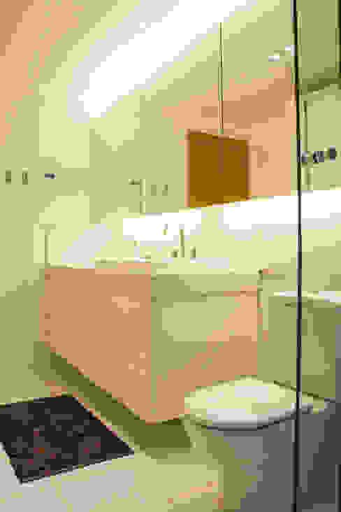 branco absoluto Banheiros modernos por Michele Moncks Arquitetura Moderno