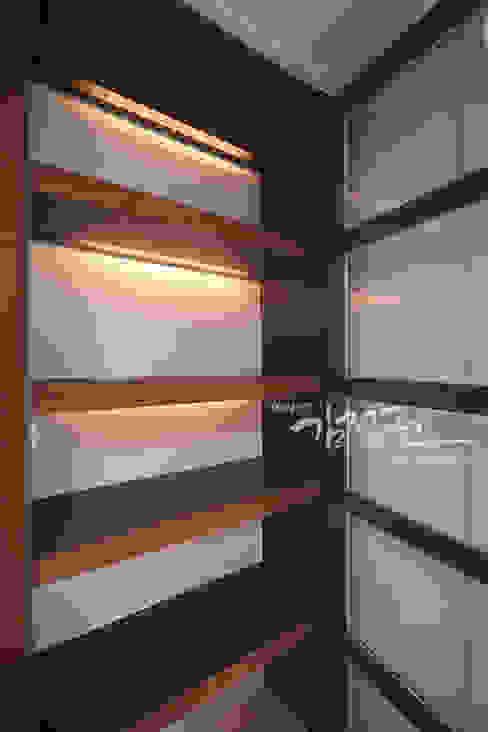 Pasillos, vestíbulos y escaleras modernos de 김정권디자이너 Moderno Mármol