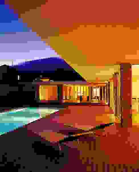 Vista nocturna: Piscinas  por A.As, Arquitectos Associados, Lda,Moderno