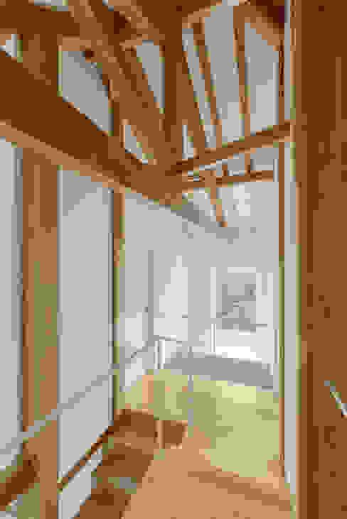 Ingresso, Corridoio & Scale in stile rurale di Corpo Atelier Rurale Legno Effetto legno