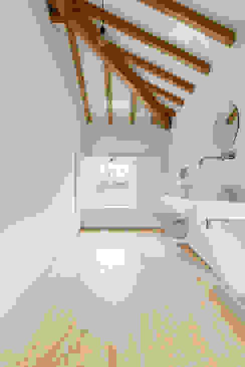 Volume da instalação sanitária Casas de banho campestres por Corpo Atelier Campestre Madeira Acabamento em madeira
