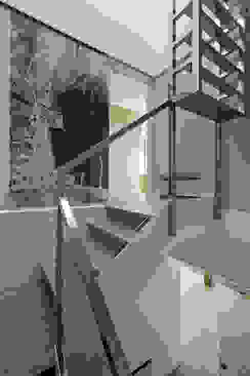 rehabilitación integral en Cangas rodríguez + pintos arquitectos Pasillos, vestíbulos y escaleras de estilo moderno