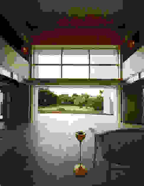 リビングから庭を望む: Guen BERTHEAU-SUZUKI  Co.,Ltd.が手掛けたリビングです。,モダン