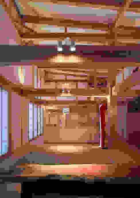 Salas / recibidores de estilo  por 髙岡建築研究室, Asiático