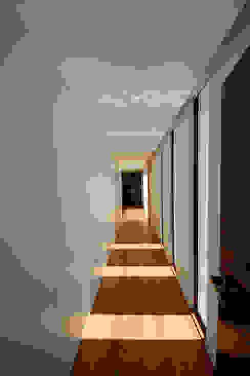 Casa em Guimarães Corredores, halls e escadas minimalistas por 3H _ Hugo Igrejas Arquitectos, Lda Minimalista