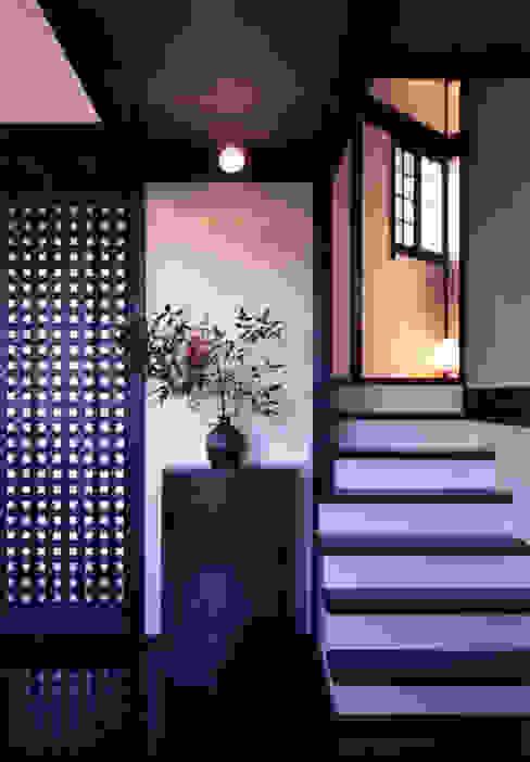 Pasillos, vestíbulos y escaleras de estilo asiático de 髙岡建築研究室 Asiático