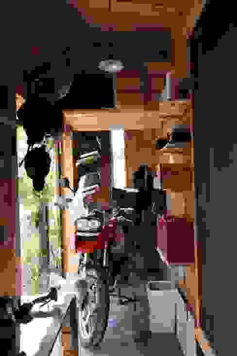 木造スケルトン+DIYでつくるこだわり空間の集合体: アトリエグローカル一級建築士事務所が手掛けたガレージです。,カントリー