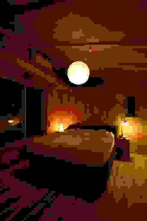 木造スケルトン+DIYでつくるこだわり空間の集合体: アトリエグローカル一級建築士事務所が手掛けた寝室です。,カントリー
