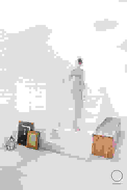 DOM W PASYMIU Skandynawski korytarz, przedpokój i schody od OIKOI Skandynawski